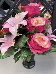 Bouquet roses et lys en vase - Artificiel