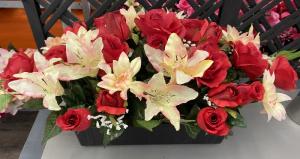 Jardinière de roses, lys et gypsophile - Artificiel