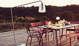 Soirée table dressée avec lampadaire Fermob