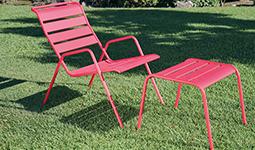 Chaise fermob tabouret et pelouse