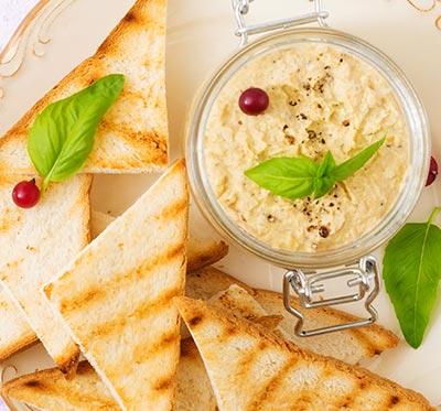 Aperetif avec specialites culinaires bretonnes