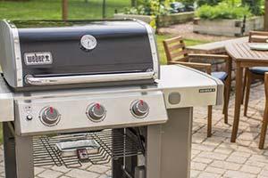 barbecue weber repas dans le jardin été